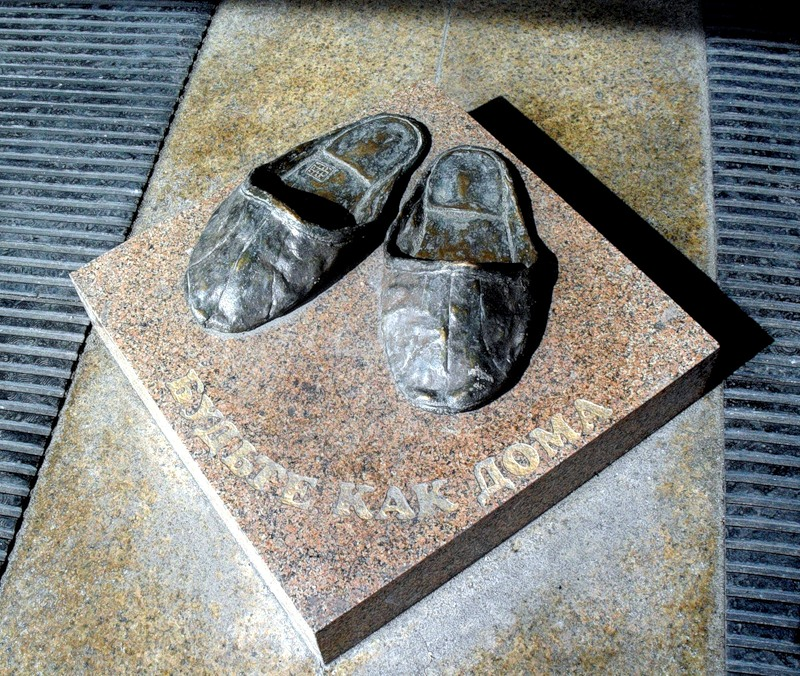 Памятник домашним тапочкам в Томске
