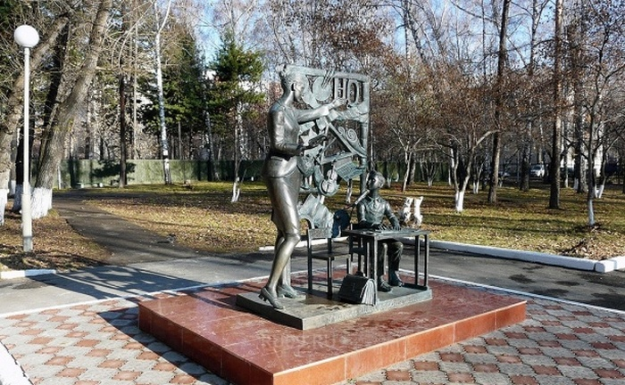 Памятник учителю в Томске