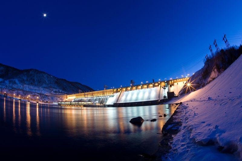 Красноярская ГЭС ночью зимой