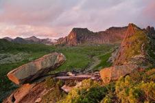 Висячий камень в природном парке Ергаки в Красноярском крае