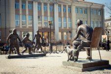 Памятник героям фильма Гайдая в Иркутске