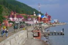 Поселок Листвянка — тут начинается туристический Байкал